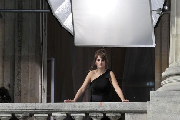 Penelope Cruz sul set di un servizio fotografico per la maison Lancome, firmato da Mario Testino