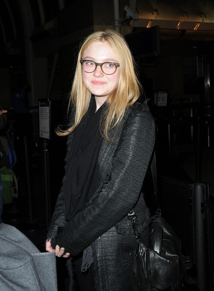 Una sorridente Dakota Fanning all'aeroporto di Los Angeles.