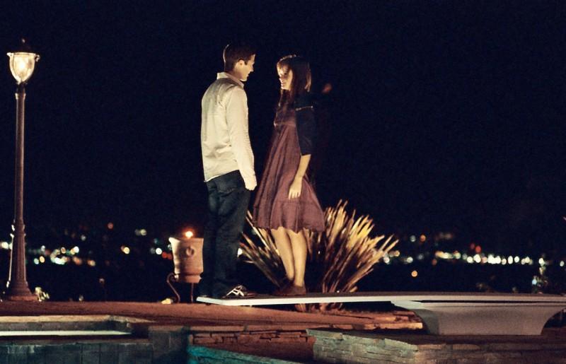 Alexis Bledel e Zach Gilford in un'immagine romantica tratta dal film Post Grad