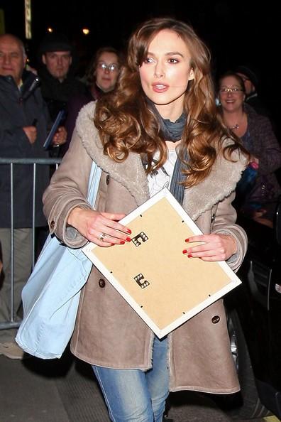 Keira Knightley all'uscita da un teatro