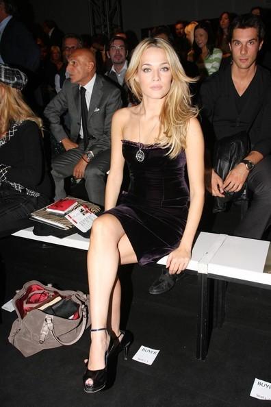 Laura Chiatti durante la fashion week milanese, nel 2008
