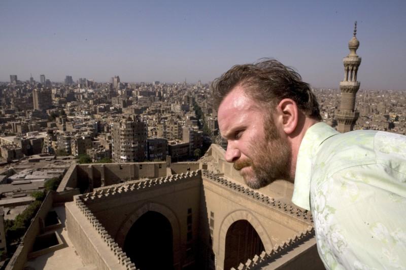 Morgan Spurlock scruta perplesso l'orizzonte in Che fine ha fatto Osama Bin Laden?