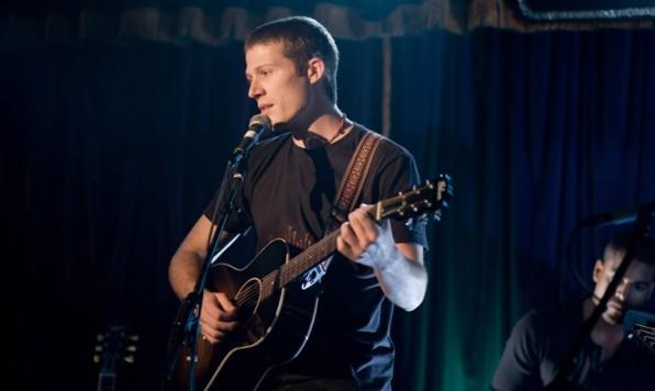 Zach Gilford in una scena del film Post Grad