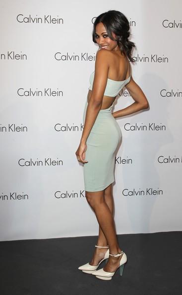 Zoe Saldana veste Calvin Klein