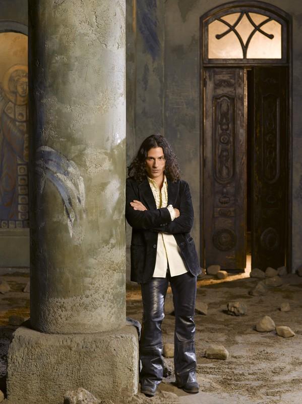 Hal Ozsan è l'Angelo Caduto Azazel in una foto promo del film tv Fallen