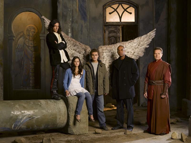Parte del cast del film tv Angeli caduti in uno scatto promozionale