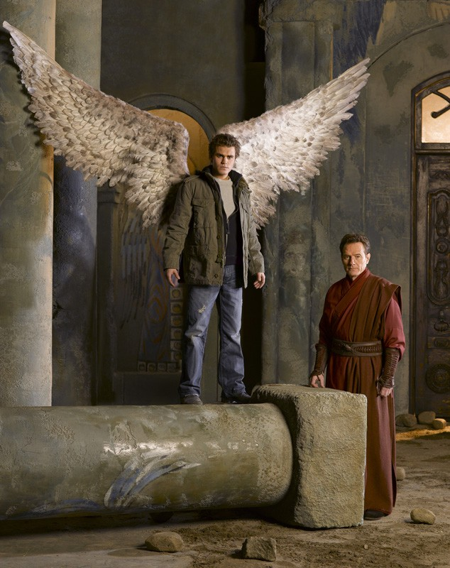 Paul Wesley e Bryan Cranston in un'immagine promozionale per Angeli caduti
