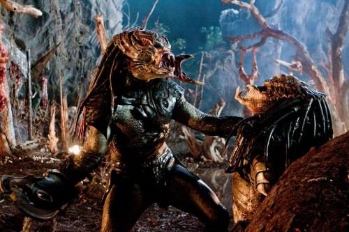 Creature in lotta in una scena del film Predators
