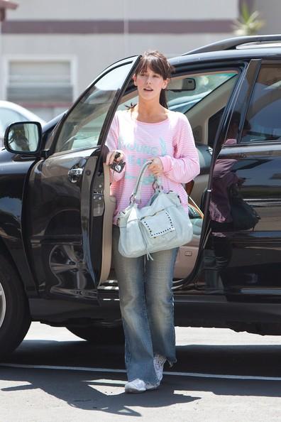 Jennifer Love Hewitt a spasso per Burbank (2010)