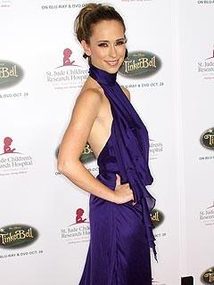 Jennifer Love Hewitt fasciata in un abito blu.
