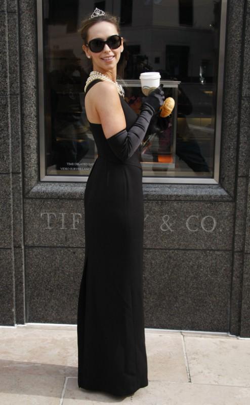 Jennifer Love Hewitt vestita come Audrey Hepburn nel giorno del suo 30esimo compleanno.