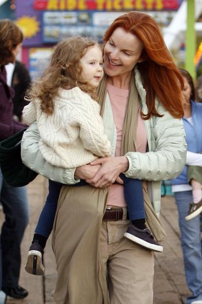 Marcia Cross con il viso struccato, passeggia con sua figlia Savannah, due anni.
