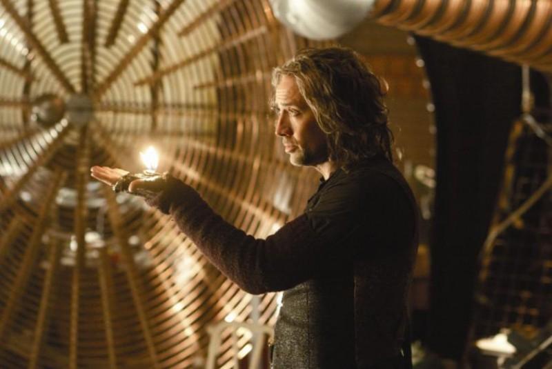 Nicolas Cage in una suggestiva immagine del film L'apprendista stregone