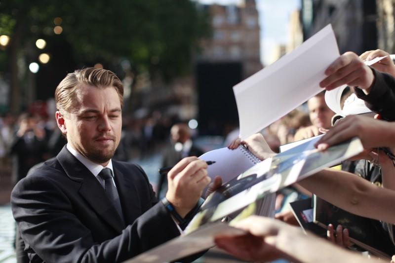 Leonardo DiCaprio circondato dai fan alla premiere americana di Inception