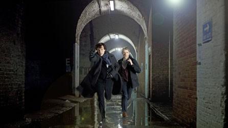 Benedict Cumberbatch e Martin Freeman in una scena della serie Sherlock