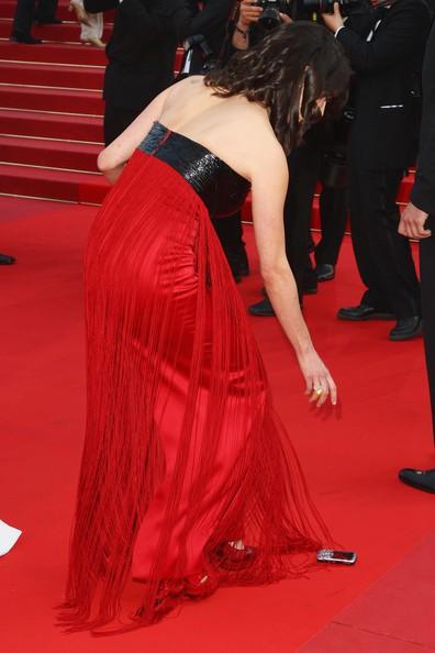 Cannes 2009: Asia Argento si ferma a raccogliere il cellulare sul red carpet
