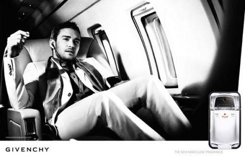 Justin Timberlake nell'immagine promo del profumo da lui ideato per Givenchy. La confezione ricorda un lettore mp3