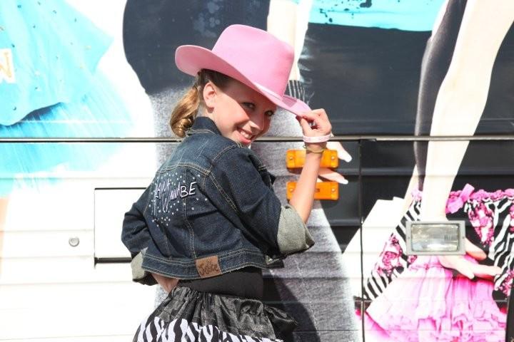 La piccola Alanna Palombo sul set di Standing Ovation