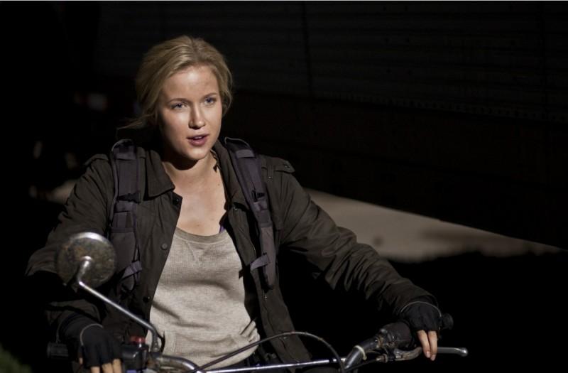 Jessy Schram in una scena del pilot della serie Falling Skies