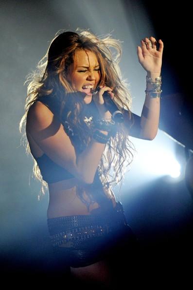Miley Cyrus a Parigi durante una performance privata nel 2010