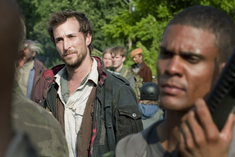 Noah Wyle in una scena del pilot della serie Falling Skies