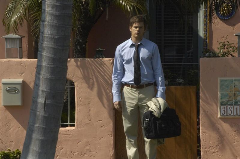 Dextere Morgan (Michael C. Hall) sulla soglia di casa nell'episodio Una Vita da Sogno di Dexter