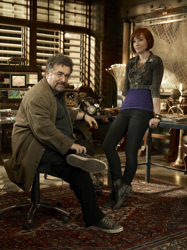 Allison Scagliotti e Saul Rubinek in una foto promo per la 2 stagione di Warehouse 13