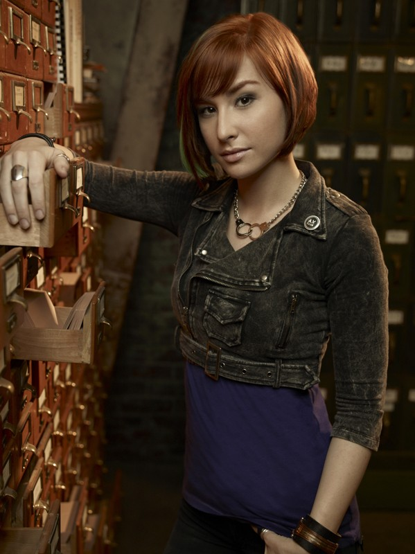 Allison Scagliotti in una foto promo della stagione 2 di Warehouse 13
