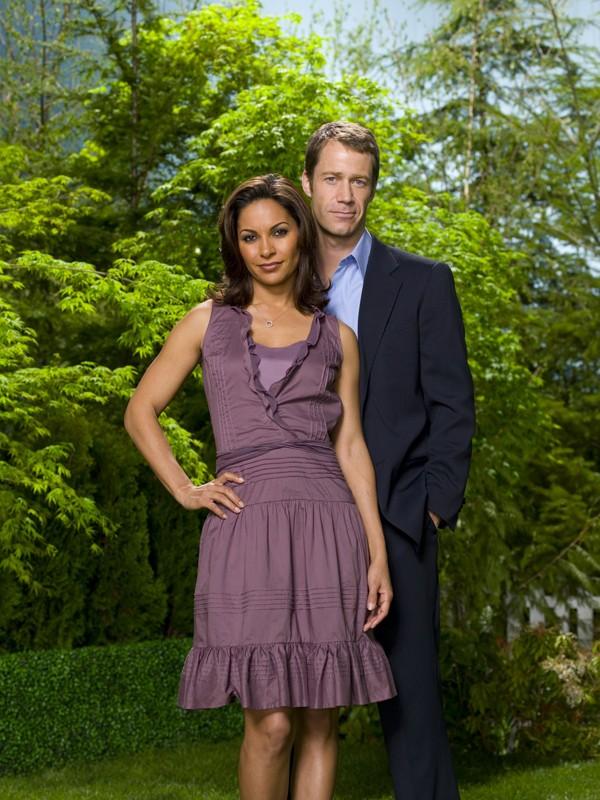 Colin Ferguson e Salli Richardson in un'immagine promo della stagione 2 di Eureka