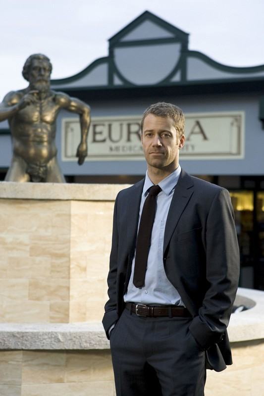 Colin Ferguson in una foto promozionale per la nuova serie Eureka