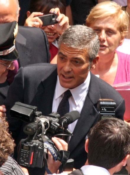 George Clooney travolto dai fan a Milano
