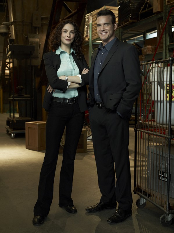 Joanne Kelly ed Eddie McClintock in una foto promo per la stagione 2 di Warehouse 13