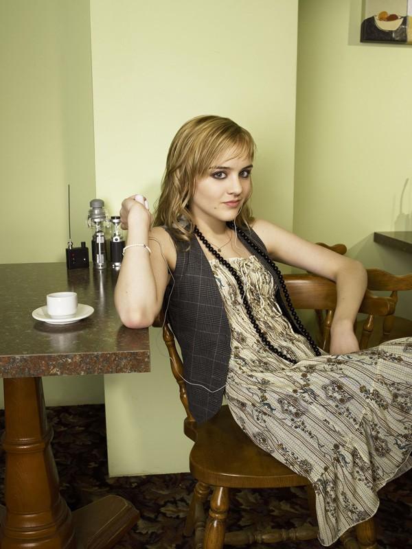Jordan Hinson in una foto promo per la serie tv Eureka