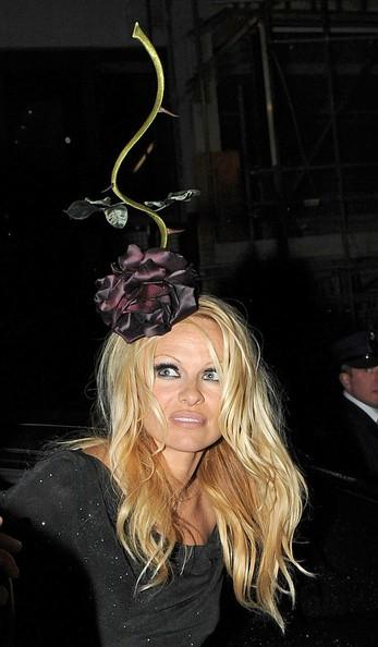 Pamela Anderson indossa un cappello davvero inusuale