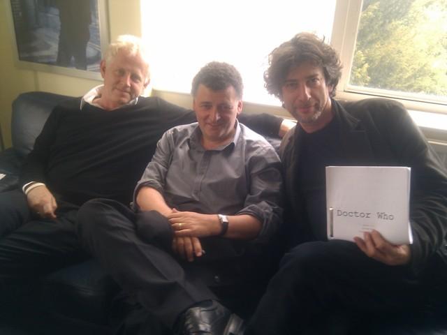 Richard Curtis, Steven Moffat e Neil Gaiman con il copione di Doctor Who
