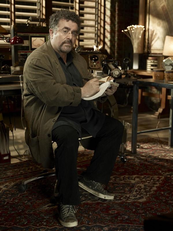 Saul Rubinek in una foto promo per la seconda stagione di Warehouse 13
