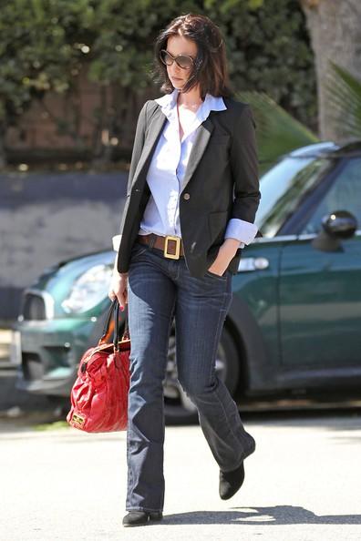 Katherine Heigl in giro per Los Feliz con una borsa rossa di Valentino.