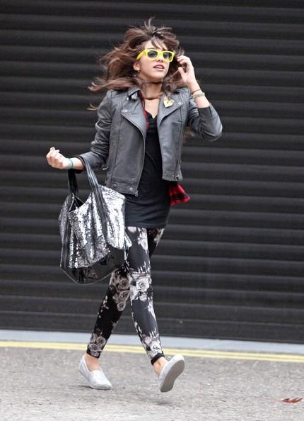 Lola Leon in giro per Londra. La somiglianza con sua mamma Madonna è notevole.