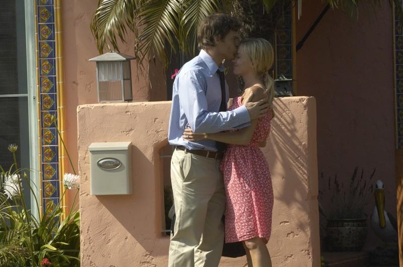 Michael C. Hall e Julie Benz in una scena della stagione 4 di Dexter