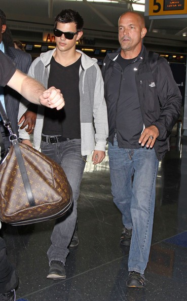 Taylor Lautner all'aeroporto JFK, scortato dalle bodyguard
