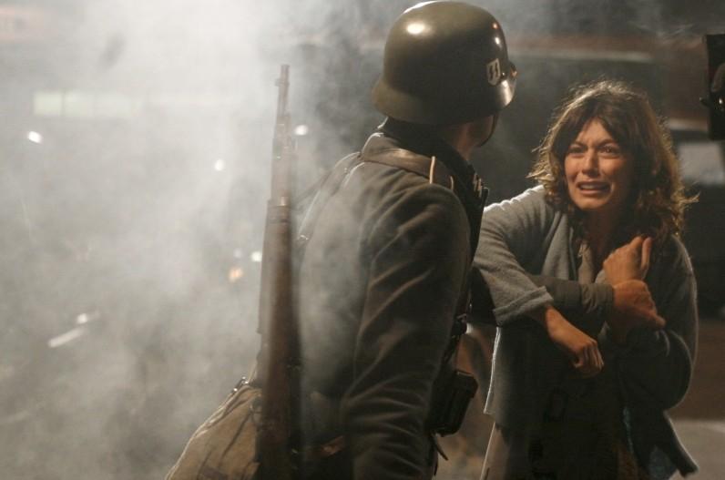 Alessandra Mastronardi in una scena della miniserie Sotto il cielo di Roma