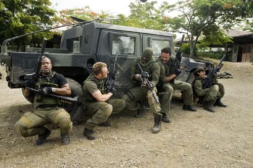 Columbus Short, Chris Evans, Idris Elba, Jeffrey Dean Morgan e Oscar Jaenada in una scena del film The Losers