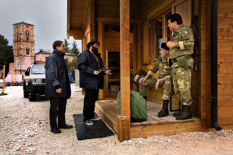 Gabriele Cirilli e Nicola Nocella in una scena del film La città invisibile