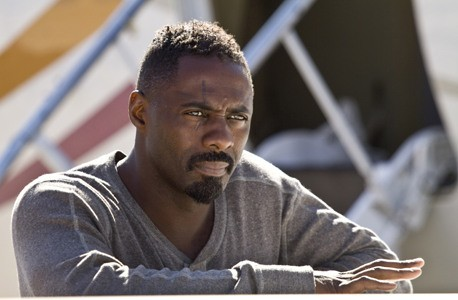 Idris Elba in una scena del film The Losers