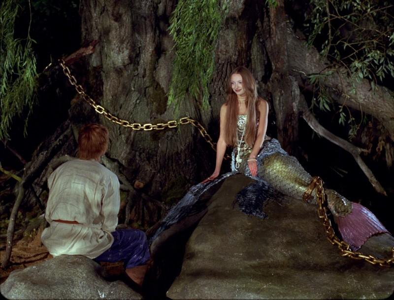 Ivan (Maksim Loktionov) e Rusalka (Ekaterina Vilkova) in una scena del fantasy russo Il maestro della pietra magica