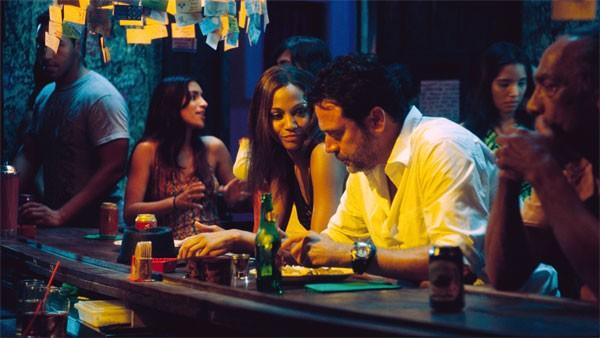 Jeffrey Dean Morgan e Zoe Saldana in un'immagine del film The Losers