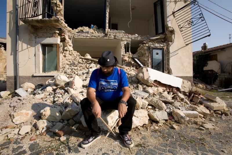 Nicola Nocella in un'immagine drammatica del film La città invisibile