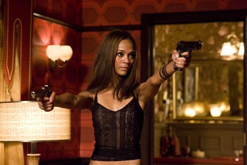 Una pericolosossima Zoe Saldana nel film The Losers ...