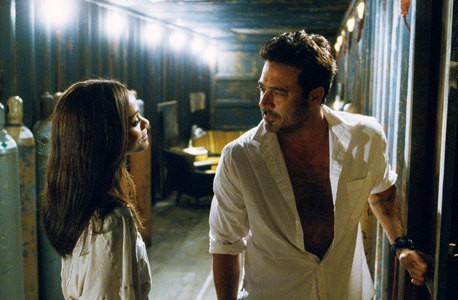 Zoe Saldana e Jeffrey Dean Morgan in una scena del film The Losers