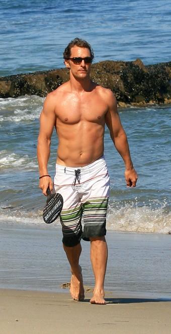 Matthew McConaughey mostra il fisico atletico